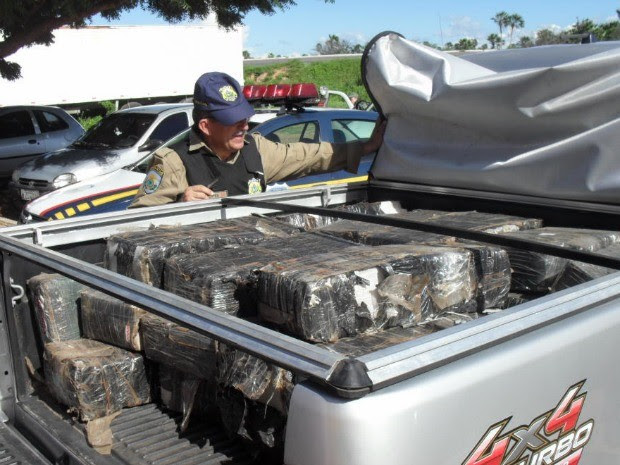 Parte da droga estava escondida na caçamba do veículo (Foto: Polícia Rodoviária Federal)
