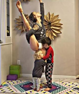 Meet the mum who bleeds freely and breastfeeds while doing yoga (photo)