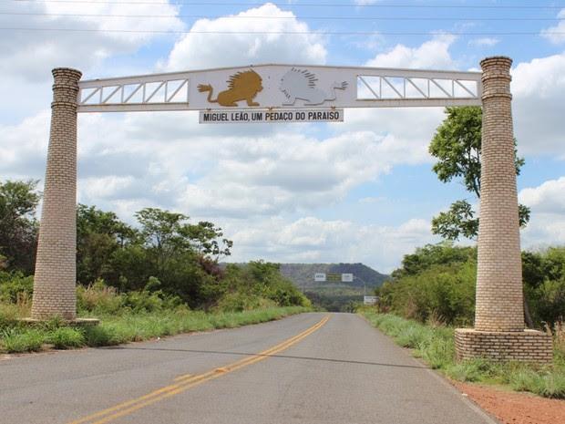 Portal de Entrada para rodovia que leva à cidade de Miguel Leão no Piauí (Foto: Gil Oliveira/ G1)