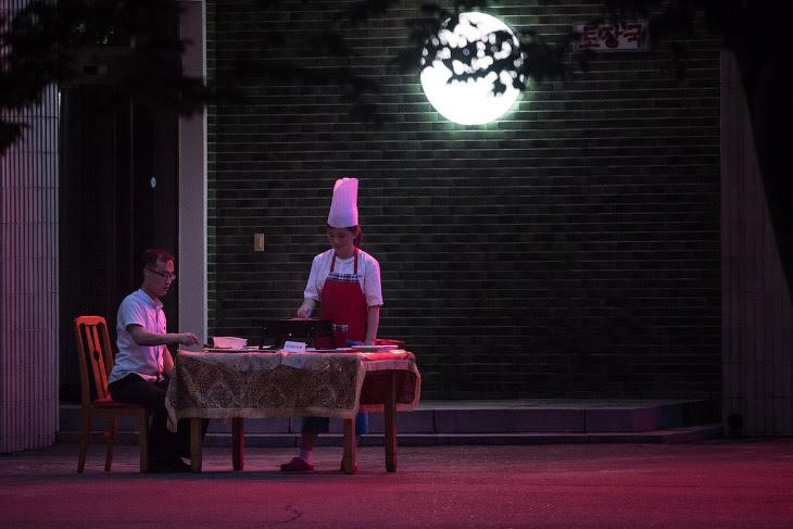 Ресторанчик зі столами на вулицю в Пхеньяні