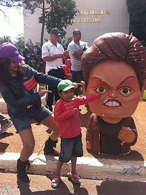 Professora e filho viajam mais de 2,5 mil quilômetros para cobrar da presidente Dilma Rousseff reajuste salarial para os docentes (Foto: Patrícia Alencar/G1DF)
