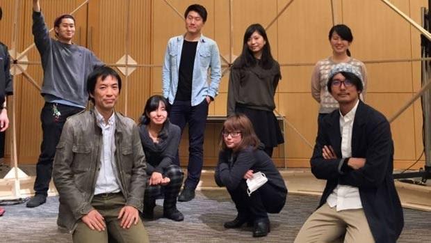 Narukawa (agachado na primeira fileira à esquerda) com alunos de seu laboratório na Universidade de Keio, em Tóquio (Foto: Gentileza Narukawa lab)