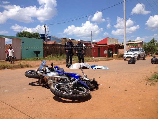 Motociclista morreu em colisão com caminhonete (Foto: Toni Francis/G1)
