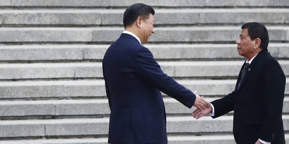 El presidente chino, Xi Jinping (izquierda), recibe a Rodrigo Duterte en Pekín.