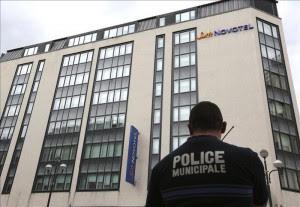 Un agente de policía hace guardia en el hotel Suite Novotel Cannes tras el robo de un millón de dólares en joyas de Chopard destinadas a las personalidades que iban a exhibirlas durante el festival de cine de Cannes, Francia hoy, viernes 17 de mayo de 2013. El festival se celebra del 15 al 26 de mayo. EFE