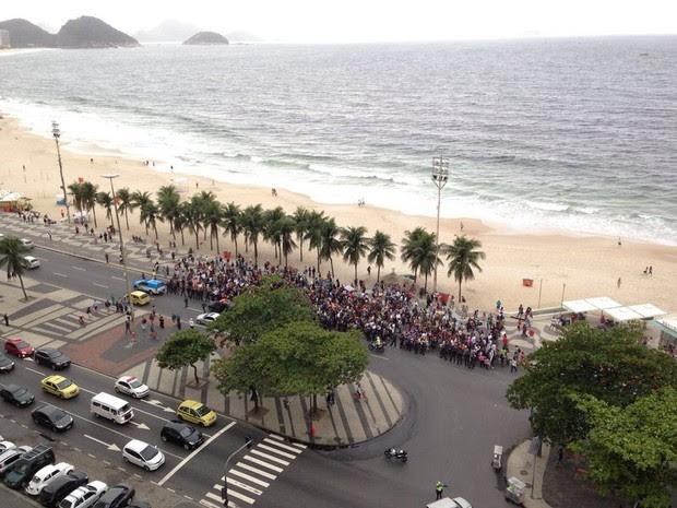 Passeata teve como cenário uma Praia de Copacabana vazia em dia de frio no Rio (Foto: Tatiana Betz / Arquivo pessoal)