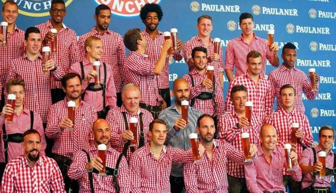 Pemain Bayern Muenchen yang menolak memegang minum bir.