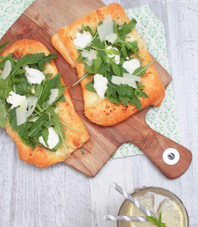 Weiße Pizza mit Rucola und Ricotta