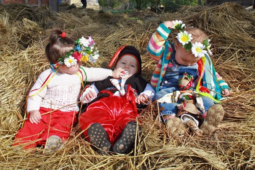 Українські діти в вінках шароварах на сіні