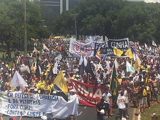 Estudantes protestam pela saída de Eduardo Cunha da presidência da Câmara dos Deputados (Foto: Jéssica Nascimento/G1)