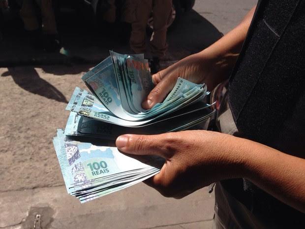 Cédulas falsas de R$ 100 foram apreendidas em João Pessoa na manhã desta sexta-feira (11) (Foto: Walter Paparazzo/G1)