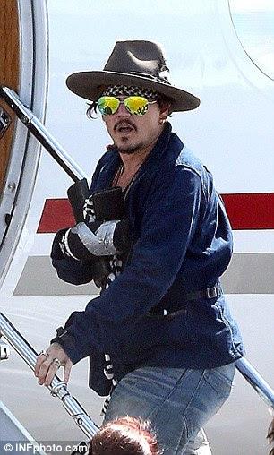 Johnny Depp é retratado deixar o Aeroporto de Brisbane em um jato particular em 11 de março de 2015