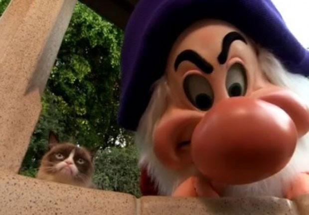 'Gata ranzina' e anão Zangado se encontraram na Disneylândia (Foto: Reprodução/YouTube/Inside the Magic)