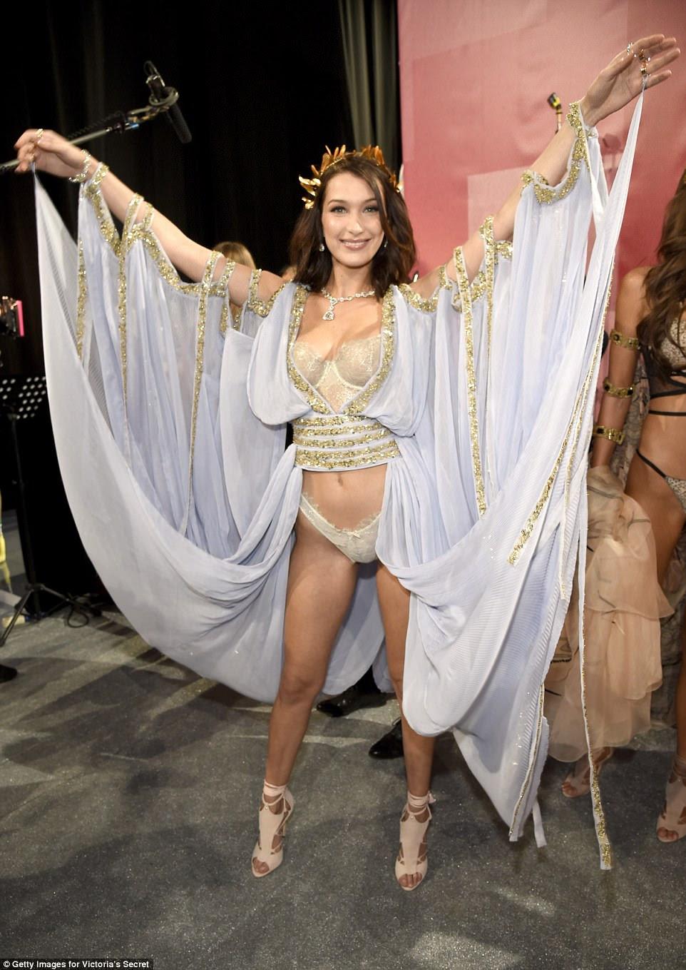 Beleza de bastidores: Bella parecia sensacional enquanto se preparava para levar para a pista e posava nos bastidores em sua lingerie