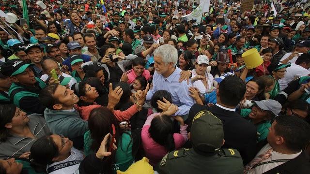 Alcalde con recicladores en la Plaza de Bolívar - Foto: Oficina de Prensa Alcaldía Mayor