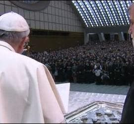 El Papa bendice las cruces de los Kikos