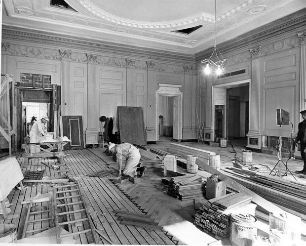 Operário troca o piso de um dos salões da Casa Branca (Foto: National Archives and Records Administration/Flickr)