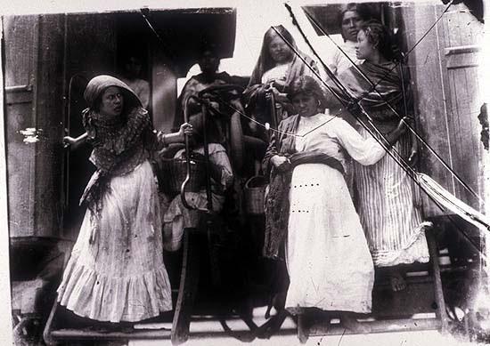 Mexikói forradalom. Vonatról leszálló nők. Agustín Victor Casasola (1874-1938) fotója. Vö. http://content.cdlib.org/ark:/13030/hb0v19p09c/?layout=metadata&brand=calisphere