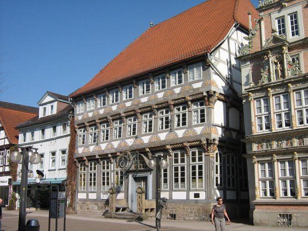 1024px-Stiftsherrenhaus,_Hameln_Innenstadt