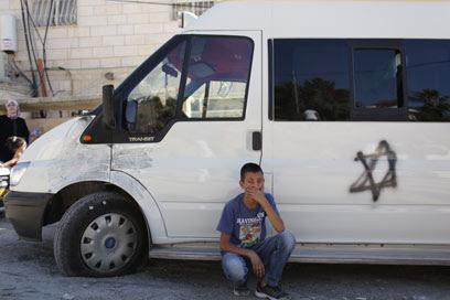 מגן דוד על אחד מכלי הרכב שצמיגיהם נוקבו (צילום: אוהד צויגנברג)