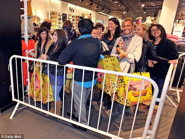 Prazer: Shoppers em Manchester Trafford Centre de mostrar as suas compras