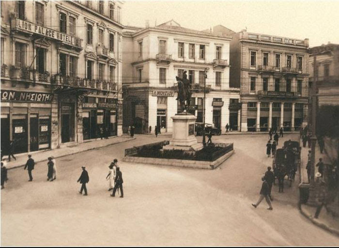 1925, το άγαλμα του Κολοκοτρώνη στην παλιά του θέση, Σταδίου και Κολοκοτρώνη. Μετά τον πόλεμο μετακινήθηκε μπροστά στο κτήριο της Παλιάς Βουλής.