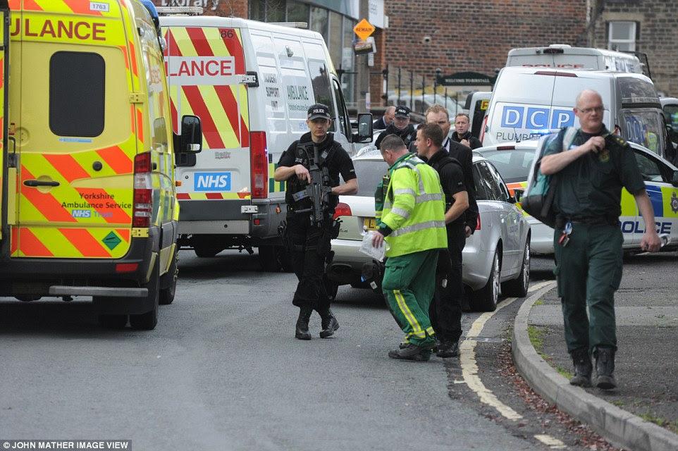 """Un testigo dijo que vio 'carreras de arriba """"siete coches de policía de la carretera a la escena en West Yorkshire"""