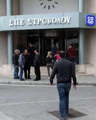Varios ciudadanos chipriotas hacen cola ante una sucursal bancaria en Nicosia.