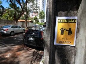 Cartaz alerta perigo de violência na Rua Dhália, em Boa Viagem (Foto: Marlon Costa Lisboa/Pernambuco Press)