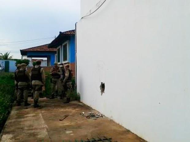 Buraco no compexo policial de Barreiras (Foto: Site Alô Alô Salomão)