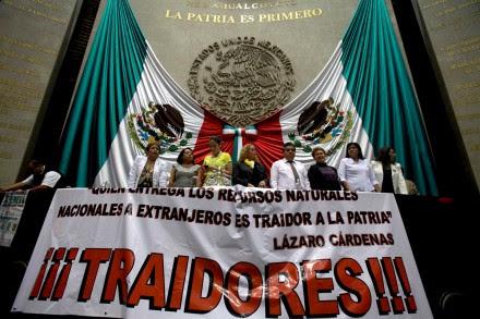 Perredistas se atrincheran en San Lázaro en contra de la reforma energética. Foto: Germán Canseco