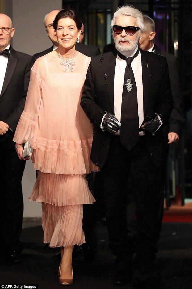 Mãe orgulhosa: a princesa Caroline de Hanover, 61, chegou para o evento com o estilista Karl Largerfeld.  Ela não pôde deixar de sorrir com a feliz notícia das próximas núpcias de sua filha
