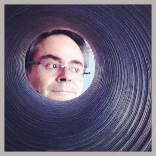 Autorretrato a través de un tubo corrugado #12horas12fotos