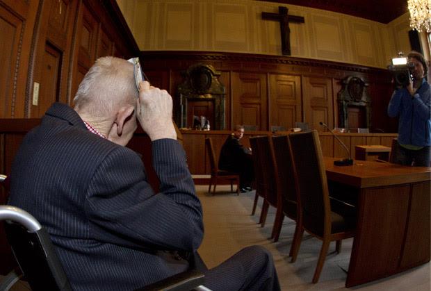 O alemão identificado como Adolf B em tribunal de Nuremberg, na segunda (19) (Foto: AP)