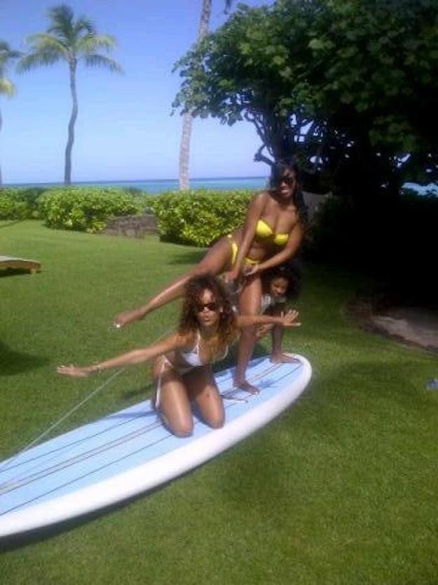rihanna en bikini con sus amigas