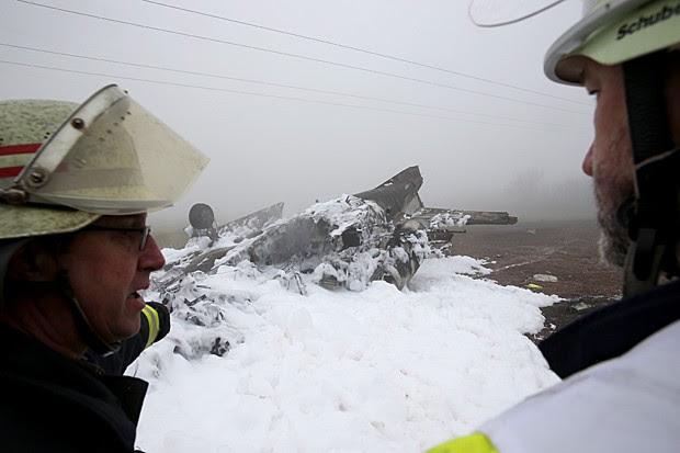 Bombeiros veem destroços de jato de pequeno porte que caiu na Alemanha (Foto: Thomas Frey/AFP/Germany out )