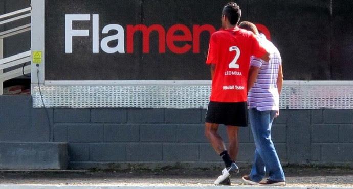 Léo Moura flamengo saindo do treino amparado pelo médico Márcio Tannure (Foto: Richard Souza / Globoesporte.com)