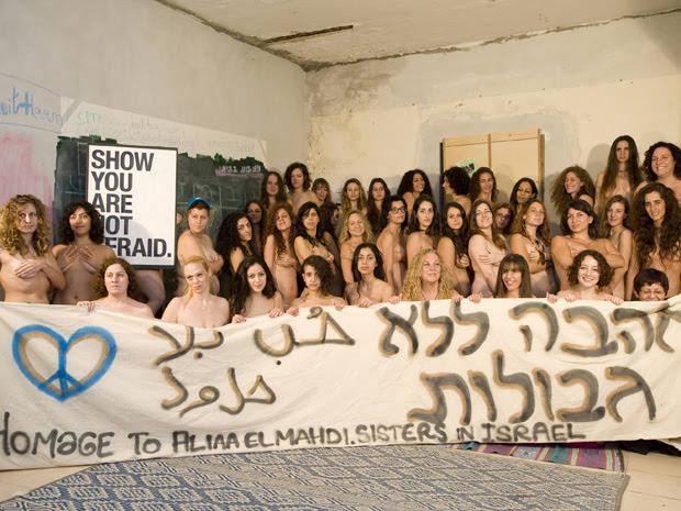 Mulheres israelenses nuas posam para foto em Tel Aviv, neste sábado (19) para demonstrar solidariedade com  a blogueira egípcia Aliaa Magda Elmahdy,  que divulgou fotos dela própria nua na internet, apoiar a liberdade de expressão e protestar contra o ext (Foto: Reuters)