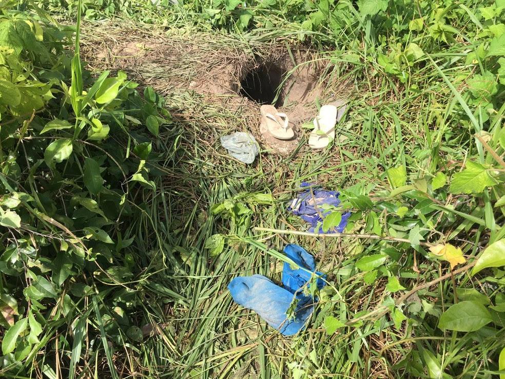 Detentos escavaram um buraco para escapar da unidade; roupas ficaram para trás   (Foto: Aura Mazda/Tribuna do Norte)