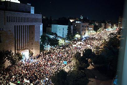 Jerusalém.  Demonstração na capital durante a noite (Foto: Noam Moskowitz)