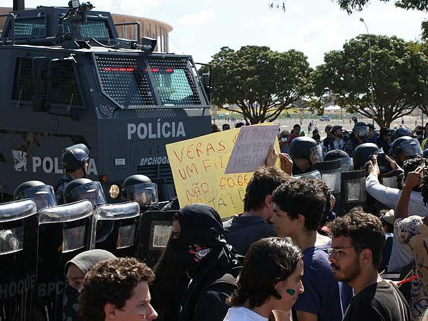 Manifestantes diante de veículo do Batalhão de Choque da Polícia Militar, em frente ao Estádio Nacional de Brasília (Foto: Vianey Bentes / TV Globo)