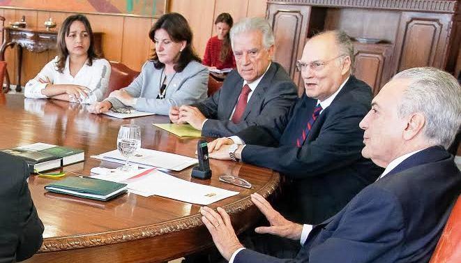Eliziane com a bancada do PPS e o presidente Michel Temer: cobrança da obra da BR