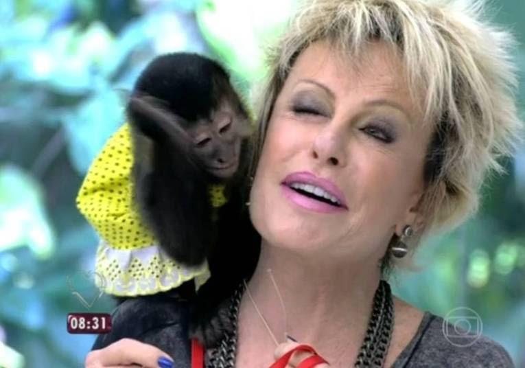 Ana Maria Braga já protagonizou muitos micos. Um deles foi quando a apresentadora decidiu levar um macaco para seu programa ao vivo. Parece que o animal não gostou muito da ideia, o pequeno deu diversos tapas o rosto de Ana!