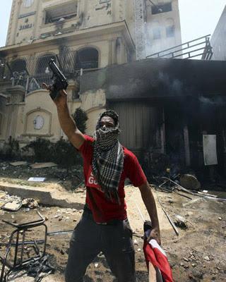 Un opositor sostiene una pistola presuntamente utilizada por miembros de los Hermanos Musulmanes e incautada en un asalto a su sede principal en al-Moqattam, en el Cairo.