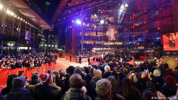 A multidão reuniu-se diante do 68º tapete vermelho da Berlinale (Reuters / F. Bensch)