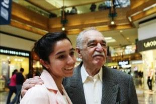 El escritor colombiano y Premio Nobel de literatura 1982, Gabriel García Márquez, posa con una admiradora hoy, lunes 30 de septiembre de 2013, durante su visita a un centro comercial en el sur de Ciudad de México, donde lució de buen humor e incluso posó junto a sus admiradoras. EFE