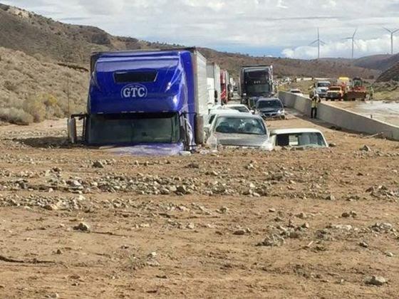 Tormenta de sepulta mas de un centenar de autos en el desierto de California