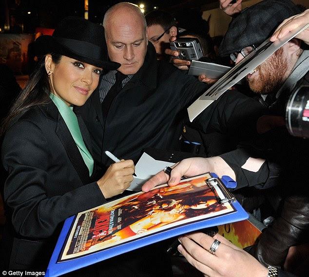 Fãs saudação: Salma deu autógrafos para os fãs de fora como eles enfrentaram o frio para conhecer seu ídolo