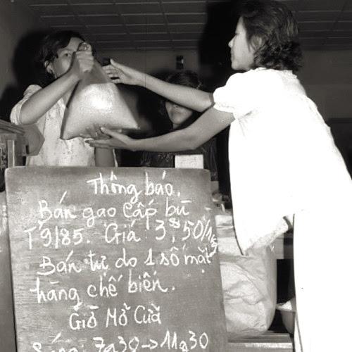 Một cửa hàng hợp tác xã tại Sài Gòn cuối thập niên 1970. Nguồn: http://static.talkvietnam.com/
