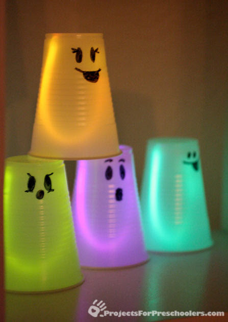 http://www.projectsforpreschoolers.com/wp-content/uploads/2011/10/cup-glowstick-ghosts.jpg
